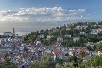 Вид сільських будівель на схилі пагорба біля озера, Піран, прибережної-карстових, Словенія — стокове фото