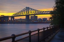 Montreal city skyline and bridge at sunset, Quebec, Canada — Stock Photo