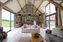 Вікна та диван у сучасній вітальні — стокове фото
