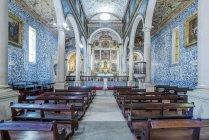 Arcos y bancos adornados en la Iglesia de Santa Maria, Obidos, Leiria, Portugal - foto de stock