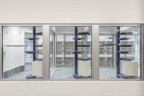 Vetro finestre di area di visualizzazione di rifugio animale vuoto — Foto stock