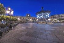 Illuminated monument in Plaza de Armas, Guadalajara, Jalisco, Mexico — Stock Photo