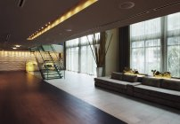 Salón en el vestíbulo del hotel de lujo - foto de stock
