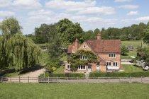 Загородный дом и поле с зелеными деревьями в Бакингхэмшире, Великобритания — стоковое фото