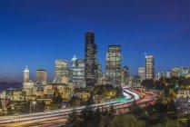 Декорація міського горизонту запалюються вночі, Сіетл, Вашингтон, США — стокове фото