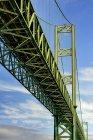 Низький кут огляду звужує міст, Такома, Вашингтон, США — стокове фото
