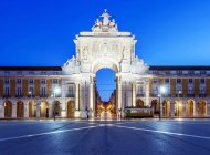 Illuminated ornate archway in Commerce Square, Lisbon, Lisbon, Portugal — Stock Photo