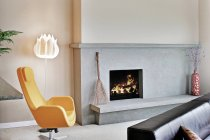 Fireplace in modern living room with contemporary design elements — Stock Photo