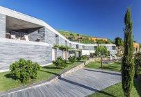 Modern hotel and wooden walkway, Peso da Regua, Vila Real, Portugal — Stock Photo