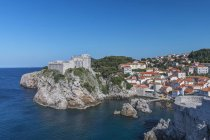 Città costiera sulla formazione rocciosa e collinare, Dubrovnik, Dubrovnik-Neretva, Croazia — Foto stock
