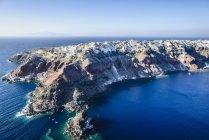 Vue aérienne de la ville construite sur le littoral rocheux, Oia, Egeo, Grèce — Photo de stock