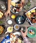 Vue grand angle des mains de couple au dîner de fruits de mer — Photo de stock
