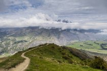 Облака над горным хребтом, Саут-Айленд, Новая Зеландия — стоковое фото