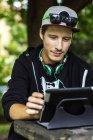 Кавказский человек использует цифровые планшеты на открытом воздухе — стоковое фото
