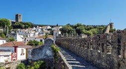 Passerella in pietra e antico paesaggio urbano di Obidos, Leiria, Portogallo — Foto stock