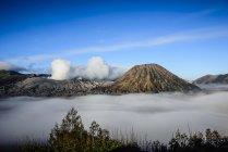 Высокий угол обзора облаков под дымящимся вулканом — стоковое фото