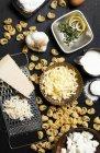 Vue grand angle des ingrédients du fromage et des pâtes sur la table — Photo de stock