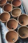 Primer plano de ángulo alto de macetas de terracota en bandeja de metal . - foto de stock