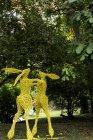 Скульптура садовых кроликов, окрашенная в желтый цвет в Оксфордшире, Англия — стоковое фото
