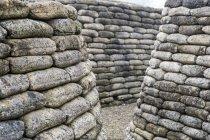 Caminho estreito entre paredes curvas de blocos de concreto arredondado . — Fotografia de Stock