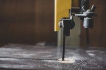 Primo piano della sega elettrica da tavolo nell'officina del legno . — Foto stock