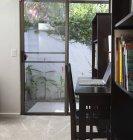 Ordinateur portatif sur le bureau dans l'intérieur moderne de salle de séjour — Photo de stock