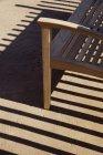 Скамейка и тень на полу, полная рама — стоковое фото