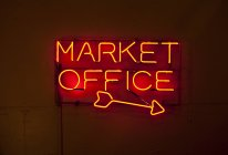 Red neon sign with arrow, Pike Place Market, Seattle, Washington, USA — Stock Photo