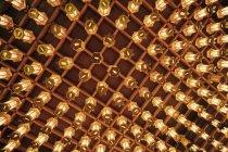Низкий угол обзора азиатских фонарей, подвешенных к потолку — стоковое фото