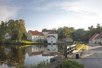 Bâtiments surplombant l'eau calme d'étang du manoir de Vihula, Vihula, Estonie — Photo de stock