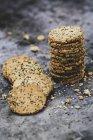 Високий кут крупним планом стек свіжоспеченого крекери насіння. — стокове фото