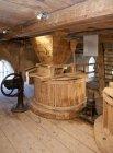 Старий стиль водяний млин з вінтажним обладнанням в місті віхула, Естонія — стокове фото
