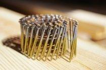 Цвяхи, що обрамляють в дерев'яну дошку поверхню, Крупний план — стокове фото