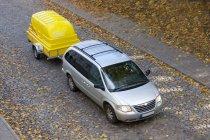 Remorque jaune de remorquage de fourgon sur la route à Tartu, Estonie — Photo de stock
