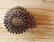 Chiodi di incorniciatura arrotolati in superficie del bordo di legno, primo piano — Foto stock