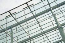 Современное архитектурное строение с низким углом обзора, Лондон, Англия, Великобритания — стоковое фото