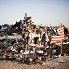 Scarpe appese alla recinzione in campagna, Twentynine Palms, California, Stati Uniti — Foto stock