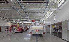 Пожарные машины в пожарной части, Сиэтл, Вашингтон, США — стоковое фото