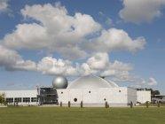 Ahhaa Science Center extérieur sous le paysage nuageux à Tartu, Estonie — Photo de stock