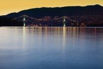 Lions Gate Bridge et Burrard Inlet au coucher du soleil, Vancouver, Colombie-Britannique, Canada la nuit — Photo de stock