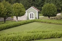 Guard house at landscaped lawn of Palmse Manor, Palmse, Estonia — Stock Photo
