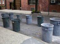 Сміттєві баки на міській вулиці в Нью-Йорку, Нью-Йорк, США — стокове фото