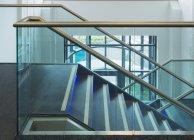 Современная офисная лестница, Росшир, Шотландия, Великобритания — стоковое фото