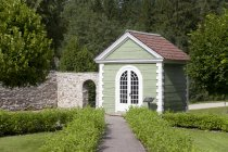 Guardhouse at end of woodland walkway of Palmse Manor, Palmse, Estonia — Stock Photo