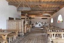Old Inn assentos de Palmse Manor, Palmse, Estónia — Fotografia de Stock