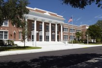 Front entrance to high school of Bradenton, Florida, United States — Stock Photo
