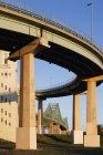 Vista de ángulo bajo de la estructura de paso elevado y el puente, Montreal, Quebec, Canadá - foto de stock