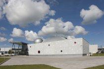 Ahhaa Science Center extérieur et ciel bleu avec des nuages à Tartu, Estonie — Photo de stock