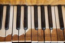 Антикварные сломанные клавиши для фортепиано в селективном фокусе, крупный план — стоковое фото