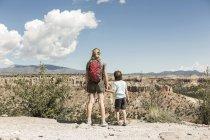 Брати і сестри тримаються за руки, руїни Цанкаві, Нью - Мексико, Уса — стокове фото